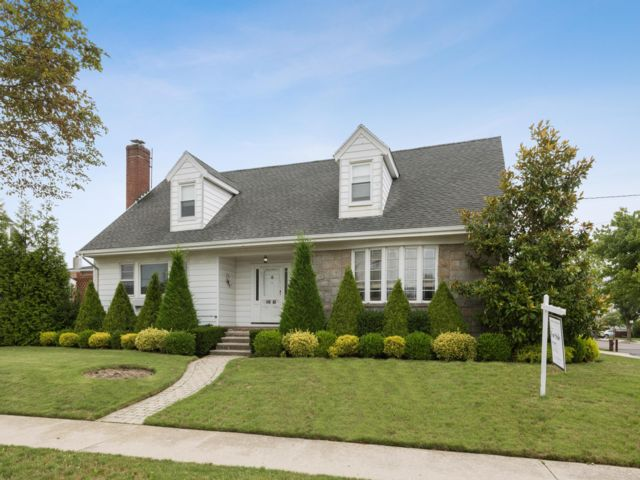 4 BR,  3.50 BTH  Colonial style home in Neponsit